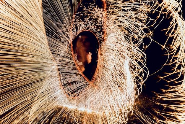 Spectacle de feu. performance de feu la nuit.