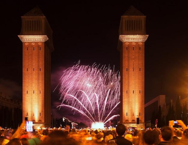 Spectacle de feux d'artifice dans la nuit. barcelone, espagne