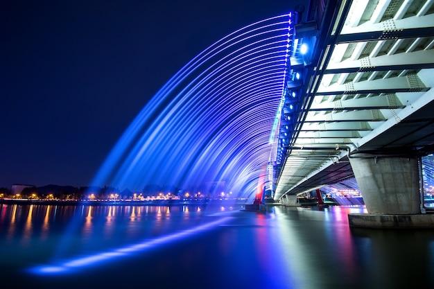Spectacle de fontaines arc-en-ciel au pont de l'expo en corée du sud