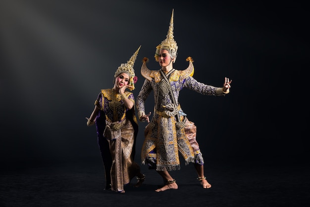 Spectacle de khon en costume traditionnel de thaïlande