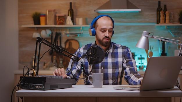 Spectacle en ligne d'un microphone professionnel parlant à l'antenne d'un influenceur. spectacle créatif en ligne production en direct hôte de diffusion sur internet diffusant du contenu en direct, enregistrant la communication numérique sur les réseaux sociaux