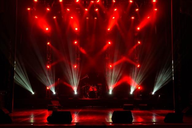 Spectacle de lumière de concert, lumières de scène colorées, spectacle de lumière au concert.