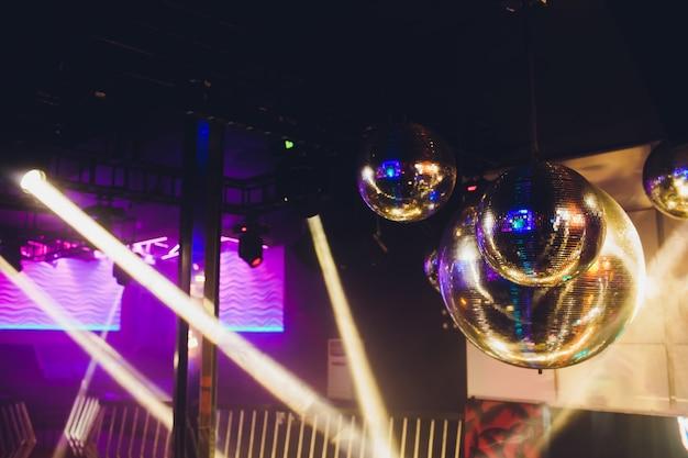 Spectacle de lumière disco et lumières de scène avec laser.