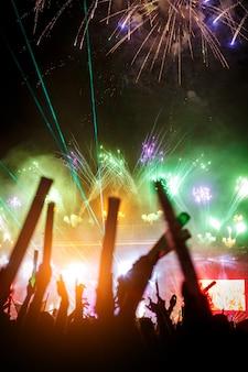 Un spectacle de lumière avec feux d'artifice lors d'un festival d'été.