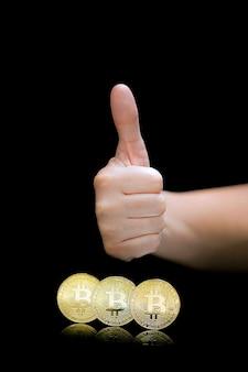 Spectacle de main féminin ok. bitcoins. bitcoins et nouveau concept d'argent virtuel. le bitcoin est une nouvelle monnaie.