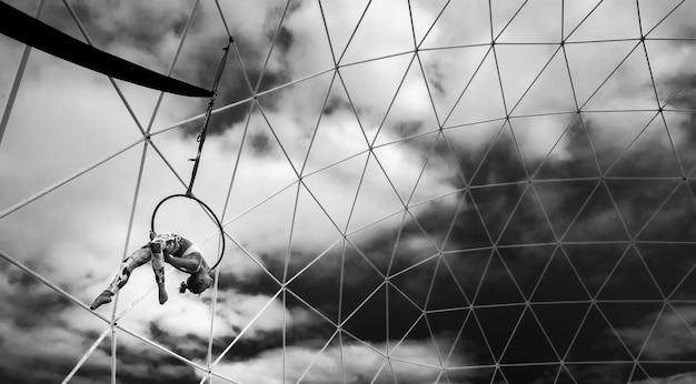 Spectacle de remise en forme élégant noir et blanc sur le concept de mode de vie alternatif sain ciel pour dame caucasienne