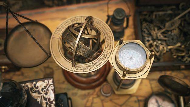 Sphère armillaire en laiton antique avec un signe du zodiaque cadran solaire