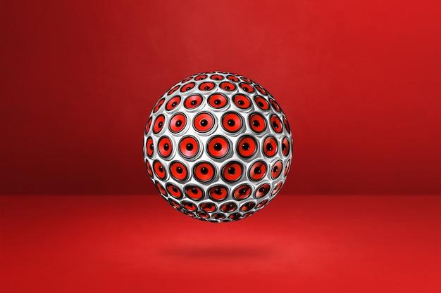 Sphère de haut-parleurs isolée sur un studio rouge