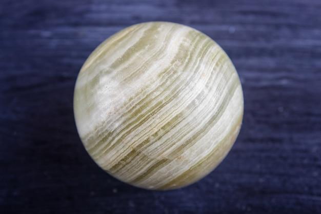 Sphère d'onyx vert sur fond noir