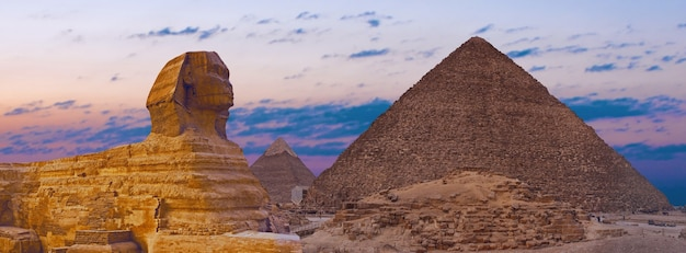 Sphinx sur fond de grandes pyramides égyptiennes. afrique, plateau de gizeh.