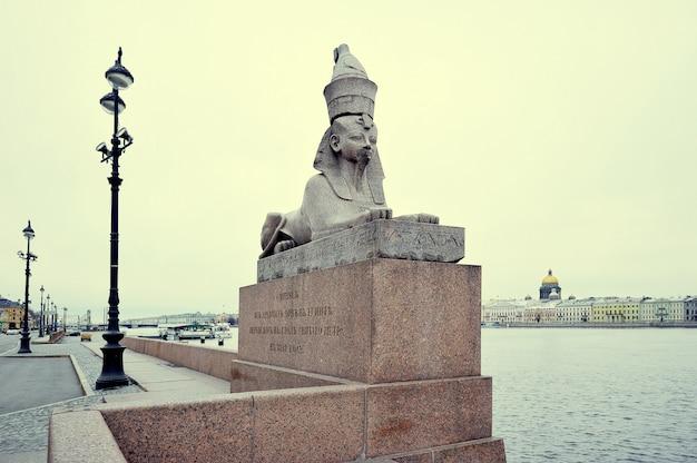 Sphinx de granit sur le quai de la neva