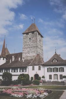 Spiez, suisse - 22 juin 2017 : vue sur le château de spiez - musée vivant et parc, suisse, europe. c'est un site du patrimoine suisse d'importance nationale. paysage d'été et ciel bleu