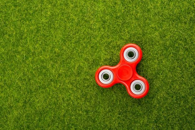 Spinner dans la vue de dessus d'herbe