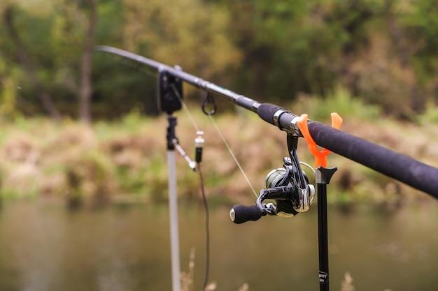 Spinning avec reel. canne à pêche en porte-canne sur la rivière