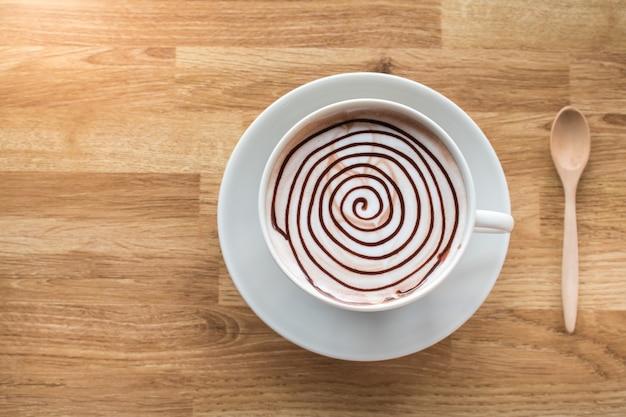 Spirale de chocolat chaud sur la table en bois avec un espace pour la formulation