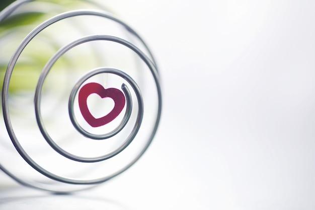 Spirale en métal. le concept de virages sans fin. nombre d'or. le concept de souvenirs et de chemin de vie.