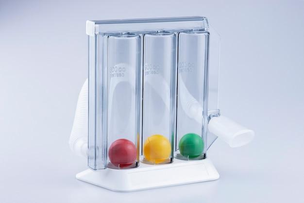 Spiromètre d'incitations médicales pour surveiller la force du poumon sur fond blanc