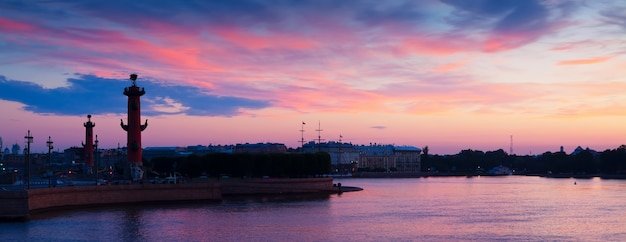 Spit de l'île vassilievski dans l'aube d'été