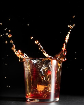 Splash de cocktail de boisson alcoolisée dans un verre