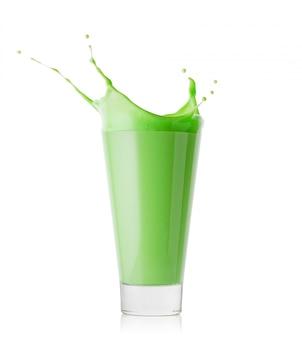 Splash dans un grand verre de smoothie vert ou de yaourt