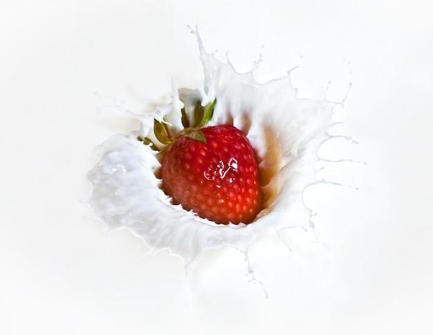 Splash de fraise dans une macro image de lait