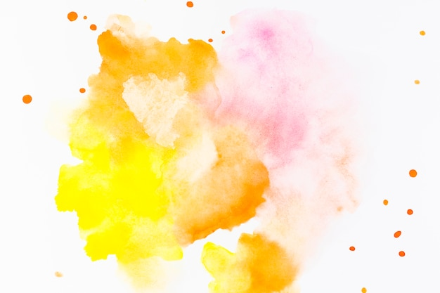 Splash et gouttes de peinture jaune
