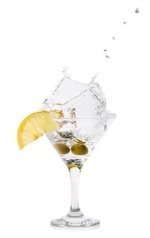 Splash de martini aux olives dans un verre à cocktail