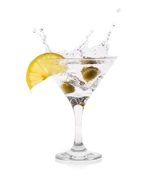 Splash martini aux olives dans un verre transparent