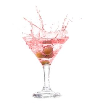 Splash d'olive dans un verre de cocktail