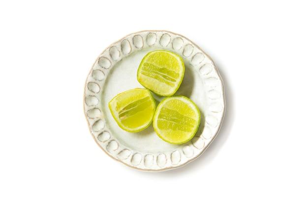 Split citron vert pour ingrédient de cuisson sur plat