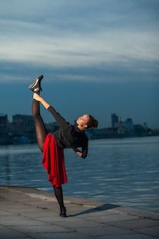 Split de danseur de ballet près de la rivière