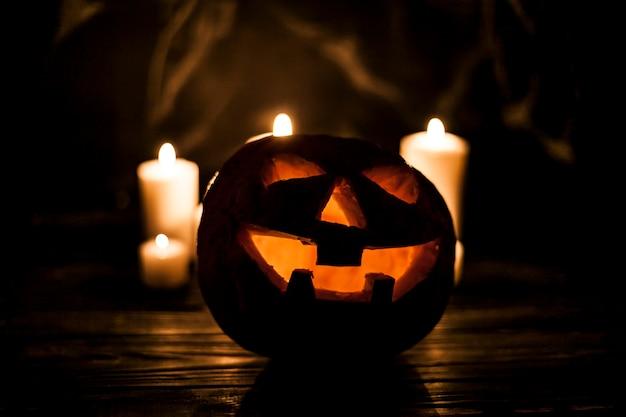 Spooky jack-o-lantern et ses bougies