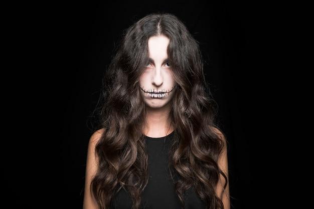 Spooky jeune femme aux cheveux longs