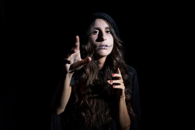 Spooky jeune femme avec un maquillage épouvantail