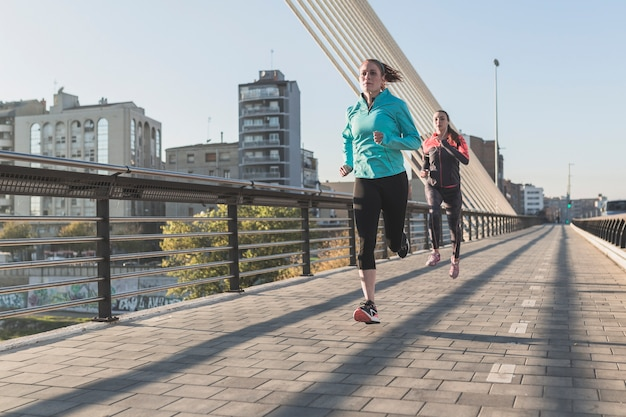 Sporstswomen courir dans la ville