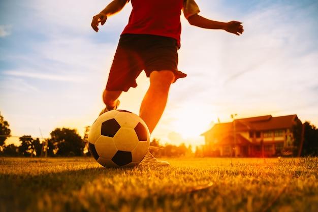 Sport d'action d'un joueur de football jouant pour l'exercice