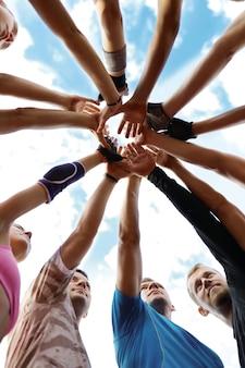 Sport d'équipe, mains en l'air, joyeux, souriant, heureux, exercice, ensemble, mode de vie, amis, amour, relation, unité, gens, ventilateur, mains, gagnants