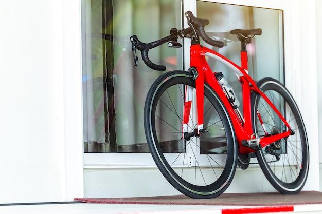 Le sport extrême en vélo de montagne s'appuie sur le mur.
