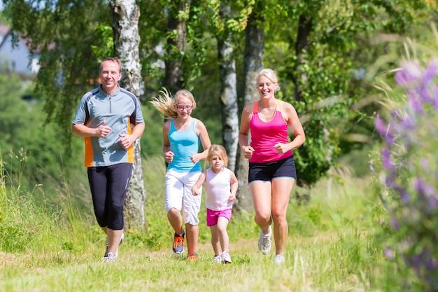 Sport familial jogging à travers le champ