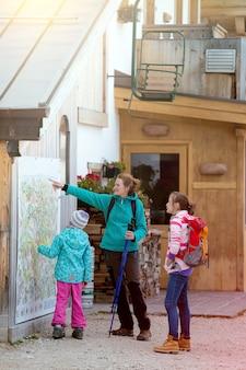 Sport et famille - mère et deux filles filles sœurs randonneurs dans les montagnes dolomites, italie. cinque torri