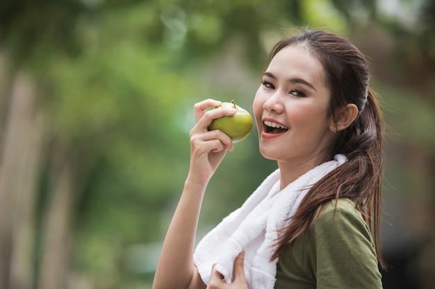 Sport féminin mangeant une pomme