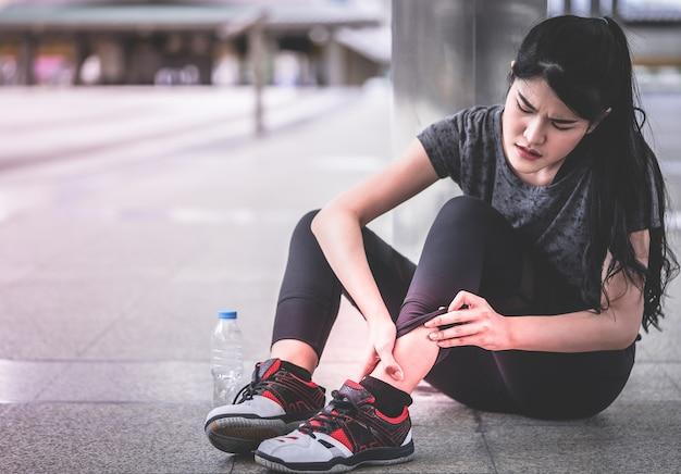 Sport femme a une blessure à la cheville