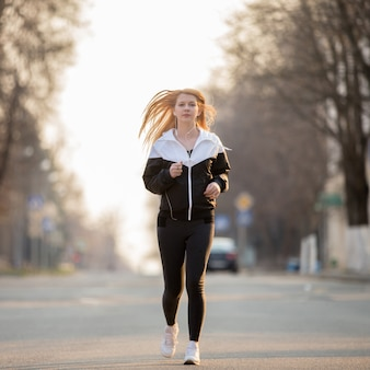 Sport femme en cours d'exécution