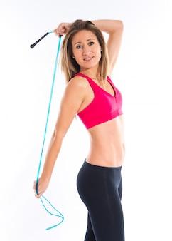 Sport femme qui s'étend avec une corde
