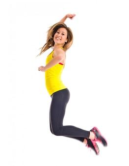Sport femme sautant sur fond blanc