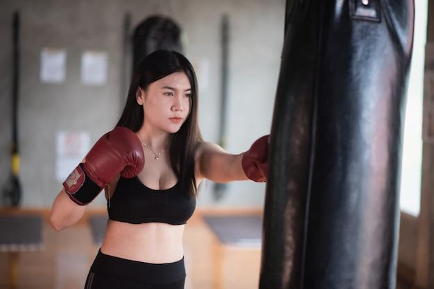 Sport femmes entraînant la boxe dans le gymnase