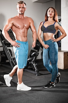 Sport fit couple au gymnase