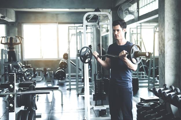 Sport, fitness, musculation, mode de vie et concept de personnes - homme exerçant