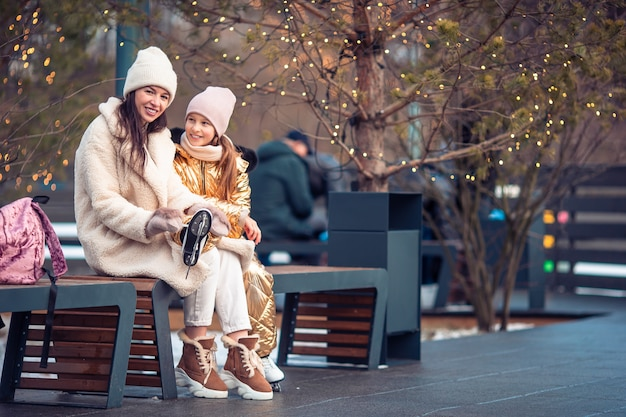 Sport d'hiver en famille. mère et fille le jour de l'hiver