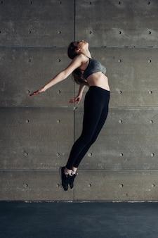 Sport jeune femme faisant saut en arrière